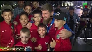 Рамзан Кадыров пообщался с туристами, совершая велопрогулку по Грозному