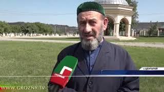 Могилу Ахмата-Хаджи Кадырова в Центарое с раннего утра посещают тысячи людей