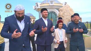 Вместе с гостями посетили могилу Ахмат-Хаджи Кадырова.