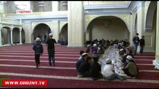 Каждый вечер жители Чеченской Республики собираются в мечетях на коллективный ифтар