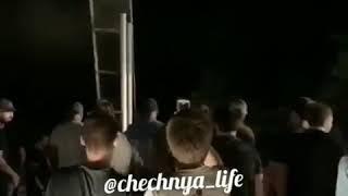 Кизлярцы сорвали табличку с границей Чеченской республики. На месте находятся несколько десятков чел